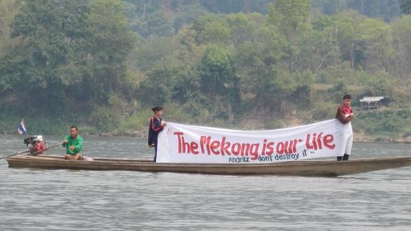 Protestzug gegen den Xayaburi-Staudamm mit Booten den Mekong entlang. Buengkhan Province, Thailand 14.03.2014 (Foto International Rivers)